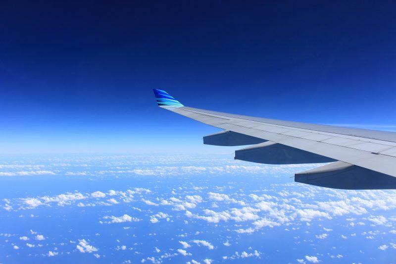 長期フライトに必須!機内で快適に過ごすための便利グッズ