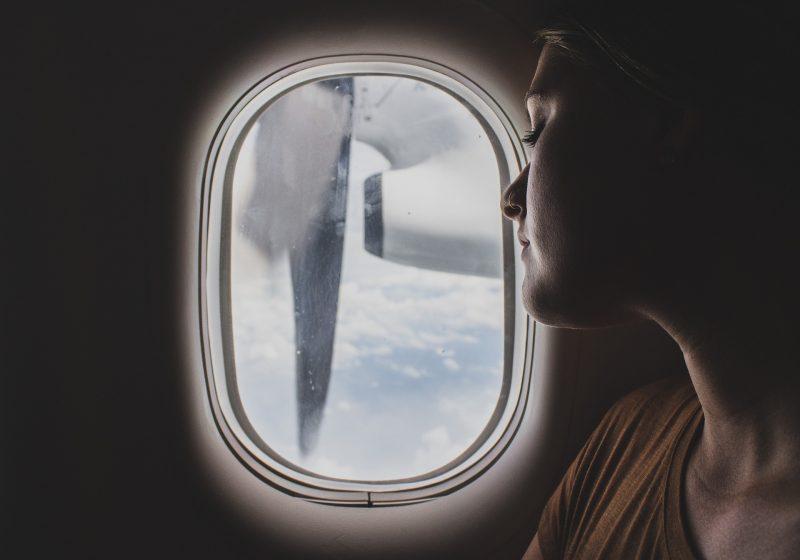 女子が長時間飛行の機内に持ち込むべき7つの便利グッズ!
